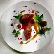 Piccione tre passaggi alle ciliegie marinate e radici di pastinaca